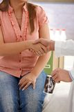 Agitazione delle mani a società di consulenza incinta Fotografia Stock