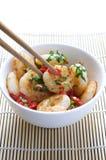 Agite camarões, pimentões & coentro da fritada em uma bacia Fotos de Stock Royalty Free