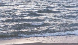 Agite el machacamiento encendido al sol brillante de la playa fotografía de archivo