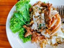 Agite Fried Rice Noodle com galinha e calamar ou Kuay Teow Kua Gai imagens de stock royalty free