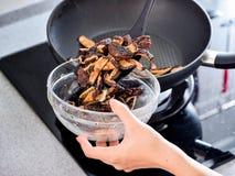 Agite a fritura dos enchimentos usados na bolinha de massa do zhonzi ou do arroz em Dragon Boat Festival foto de stock royalty free