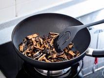 Agite a fritura dos enchimentos usados na bolinha de massa do zhonzi ou do arroz em Dragon Boat Festival fotos de stock royalty free