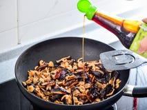 Agite a fritura dos enchimentos usados na bolinha de massa do zhonzi ou do arroz em Dragon Boat Festival foto de stock
