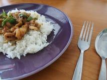 Agite a manjericão e o arroz fritados da carne de porco na tabela de madeira Imagens de Stock