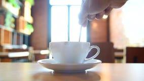 Agite o café no copo e tome-o para beber filme