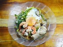Agite o macarronete de arroz fritado no molho de soja preto com molho do molho do camarão e da galinha Imagens de Stock