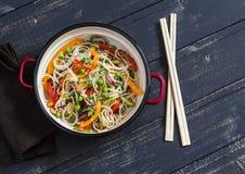 Agite o vegetal da fritada com macarronetes de arroz em um potenciômetro do esmalte Fotos de Stock Royalty Free