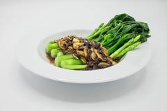 Agite os vegetais fritados, Hong Kong Kale com cogumelo e aspargo foto de stock