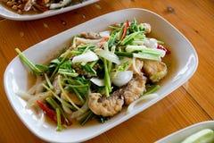 Agite peixes fritados com aipo chinês no prato branco Fotos de Stock