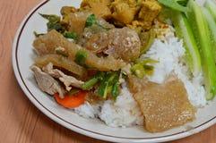 Agite a pele da carne de porco e a carne de porco fritadas com cebola da mola Fotografia de Stock