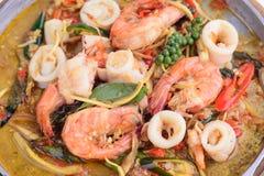 Agite picante quente de Fried Squid e do camarão como turistas foto de stock