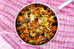 agite porcas e a galinha fritadas de caju com pimenta da malagueta picante imagens de stock