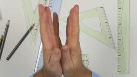 Agiterad manbild som gnider hans händer och att starta dra ett projekt lager videofilmer