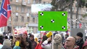 Agiterar m?n vid propaganda med en affisch 4k Folk p? demonstrationen med baner i deras h?nder stock video