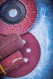 Agiti la carta vetrata rotolata delle mole abrasive dei dischi di macinazione su metallico Fotografia Stock