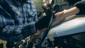 Agitowanie świeży tatuaż na sztucznej ręce wynoszącej artystą zbiory wideo