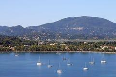 Żaglówek i jachtów Garitsa zatoka Corfu Fotografia Royalty Free