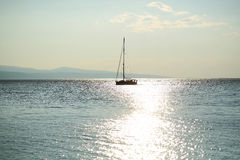 Żaglówka żegluje w błękitnym morzu Obrazy Royalty Free