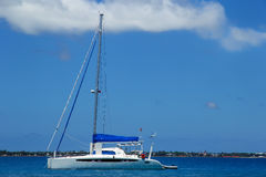 Żaglówka anchired blisko Pangaimotu wyspy w Tonga Zdjęcia Royalty Free