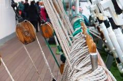 Żaglówka, arkana, cumownica, arkana, łódź ratunkowa, maszt Zdjęcia Stock