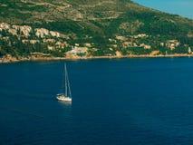 Żaglówka blisko starego miasteczka Dubrovnik Obrazy Stock