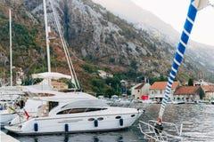 Żaglówka blisko starego miasteczka Kotor, zatoka Kotor Fotografia Royalty Free