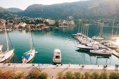 Żaglówka blisko starego miasteczka Kotor, zatoka Kotor Zdjęcia Stock