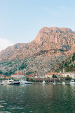 Żaglówka blisko starego miasteczka Kotor, zatoka Kotor Obrazy Royalty Free