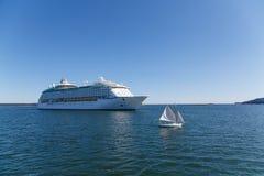 Żaglówka i statek wycieczkowy Obrazy Royalty Free