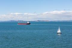 Żaglówka i tankowiec w San Fransisco zatoce Zdjęcie Stock