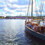Żaglówka i widok nad Sztokholm centrum miasta Obraz Stock