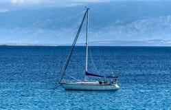 Żaglówka jacht cumuje w dennej zatoce Fotografia Royalty Free