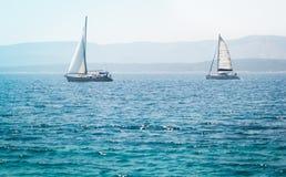 Żaglówka jacht na morzu Zdjęcie Royalty Free