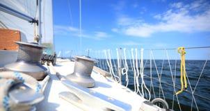 Żaglówka jachtu żeglowanie w błękitnym morzu. Turystyka Fotografia Royalty Free