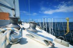 Żaglówka jachtu żeglowanie w błękitnym morzu. Turystyka Obrazy Royalty Free
