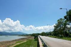 Żaglówka, jezioro, droga w wsi z czystym niebem Zdjęcie Stock