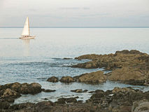 Żaglówka Maine i skalisty brzegowy Ogunquit Zdjęcie Stock