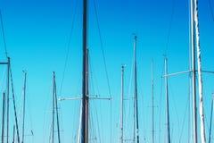 Żaglówka maszty w schronieniu przeciw niebieskiemu niebu Fotografia Royalty Free