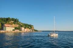 Żaglówka na Adriatyckim morzu blisko Piran, Slovenia Obraz Royalty Free