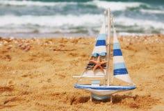 Żaglówka na dennym piasku i oceanu horyzoncie Obraz Stock
