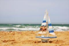 Żaglówka na dennym piasku i oceanu horyzoncie Fotografia Stock