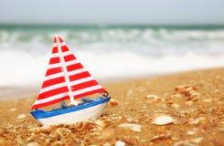 Żaglówka na dennym piasku i oceanu horyzoncie Zdjęcie Stock