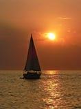 Żaglówka na morzu, zmierzch sceneria Zdjęcia Royalty Free