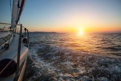 Żaglówka na wieczór morzu Obrazy Royalty Free