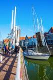 Żaglówka pod bascule mostem w Enkhuizen, holandie Zdjęcia Royalty Free