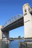 Żaglówka Pod Burrard ulicy mostem, Vancouver Zdjęcie Royalty Free