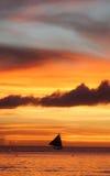 Żaglówka pod ognistym Boracay wyspy zmierzchem Obrazy Royalty Free