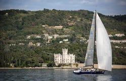 Żaglówka podczas rasy w Zatoce Trieste Fotografia Royalty Free