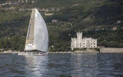 Żaglówka podczas rasy w zatoce Trieste Zdjęcia Stock