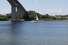 Żaglówka Przechodzi most Obrazy Stock